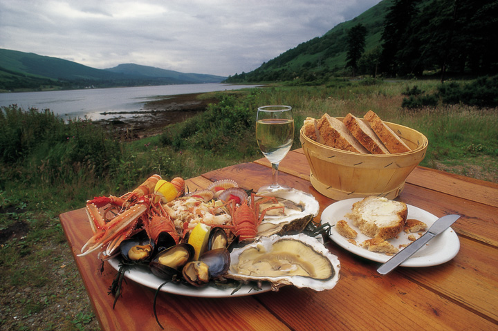 A PLATTER OF SCOTTISH SEAFOOD (INCLUDING CRAB, LOBSTER, LANGOUSTINE AND MUSSELLS) ON A TABLE AT THE LOCH FYNE OYSTER BAR WITH THE LOCH BEHIND, ARGYLL. PIC:PAUL TOMKINS/VisitScotland/SCOTTISH VIEWPOINT Tel: +44 (0) 131 622 7174   Fax: +44 (0) 131 622 7175 E-Mail : info@scottishviewpoint.com This photograph can not be used without prior permission from Scottish Viewpoint.